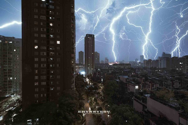 Chongqing photographer chases lightning